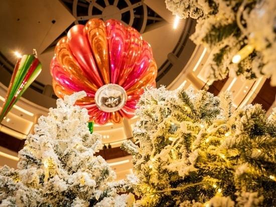 В Дубае повесили крупнейший в мире новогодний шар