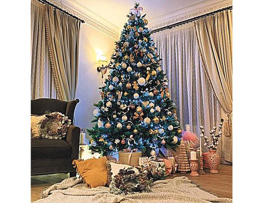 Дизайнер оценила новогодние елки Полины Гагариной и Юлии Высоцкой