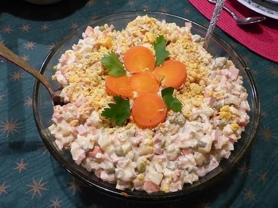 Россиянам посоветовали не доедать салаты после Нового года