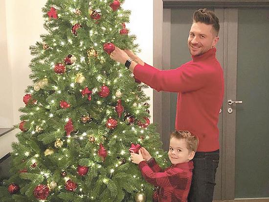 Лазарев украсил елку для сына, а Семенович — для отца
