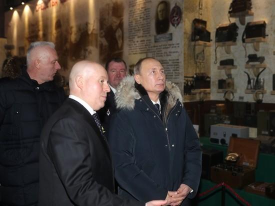 В Петербурге Путина удивили стендом, посвященным его отцу