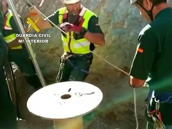 Двухлетний малыш провалился в стометровую шахту, его спасают всей страной