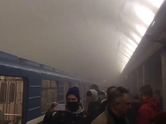 Девушки обсудили теракт на станции метро Санкт-Петербурга