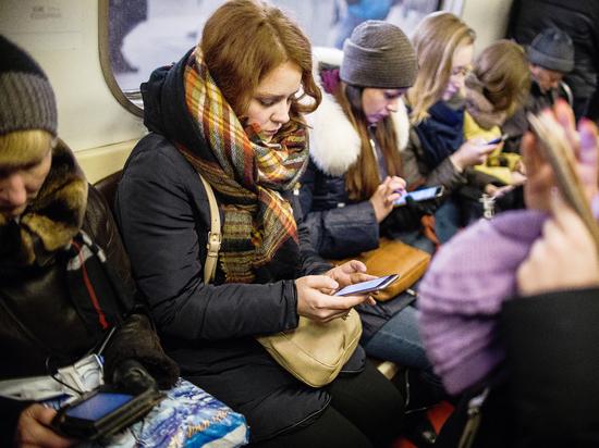 Зачем каждый второй пассажир метро подглядывает в чужой гаджет